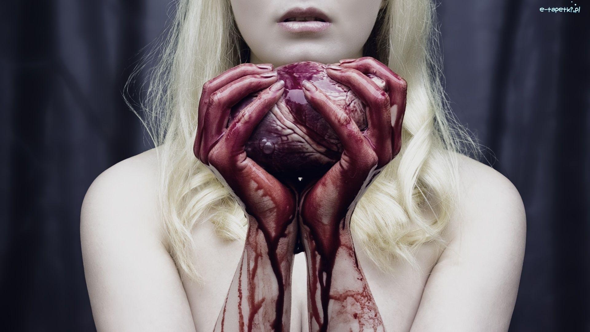 一个女孩手里捧着一颗心脏的图