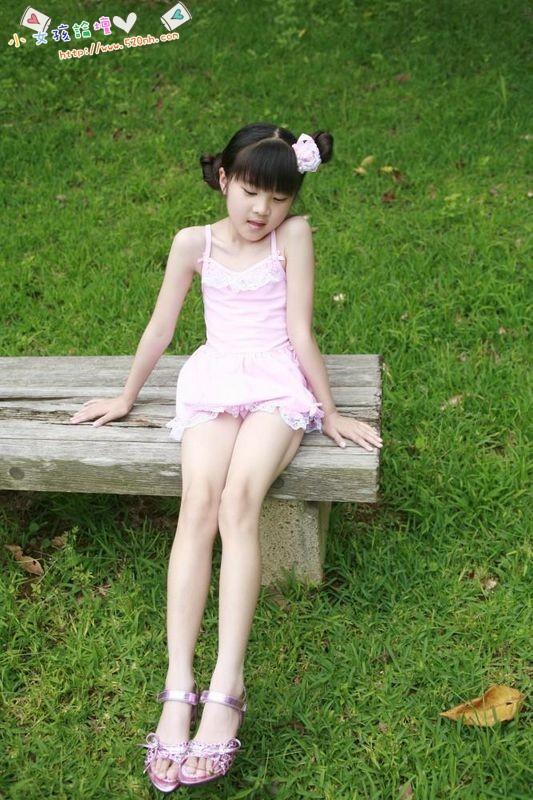 谁有9~15岁女孩赤脚穿凉鞋的图片?
