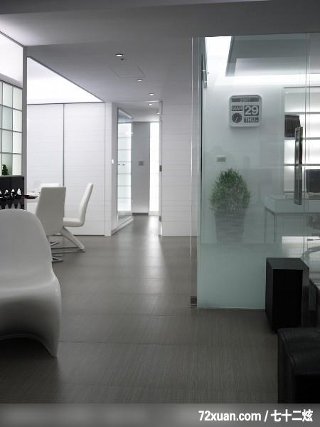 灰色,地板是白色瓷砖,茶几和电视柜是黑白相拼色,背景墙配什么颜色最