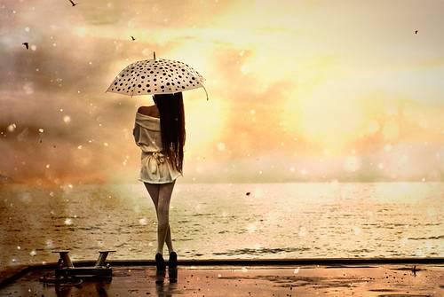 求大量雨中打伞女孩的背影的唯美图