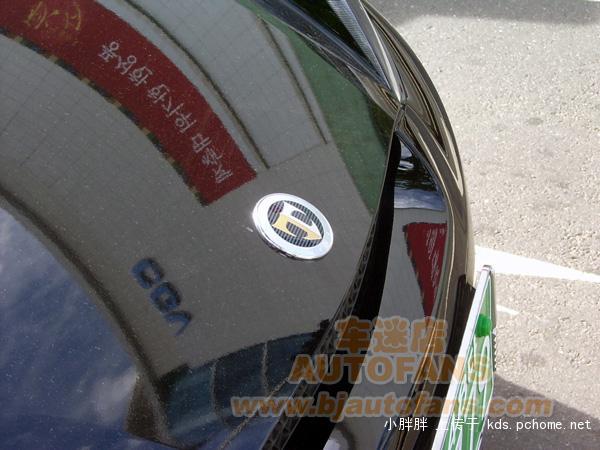 路上看见一辆跑车,车标像个字母 高清图片