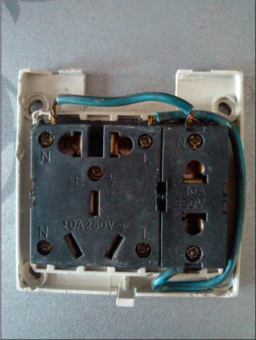 三相四线插座 上边的接 地线还是零线? 那个字母什么意思?