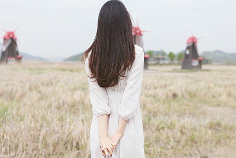 很唯美的图片:一个穿白色裙子的长发女孩的背影