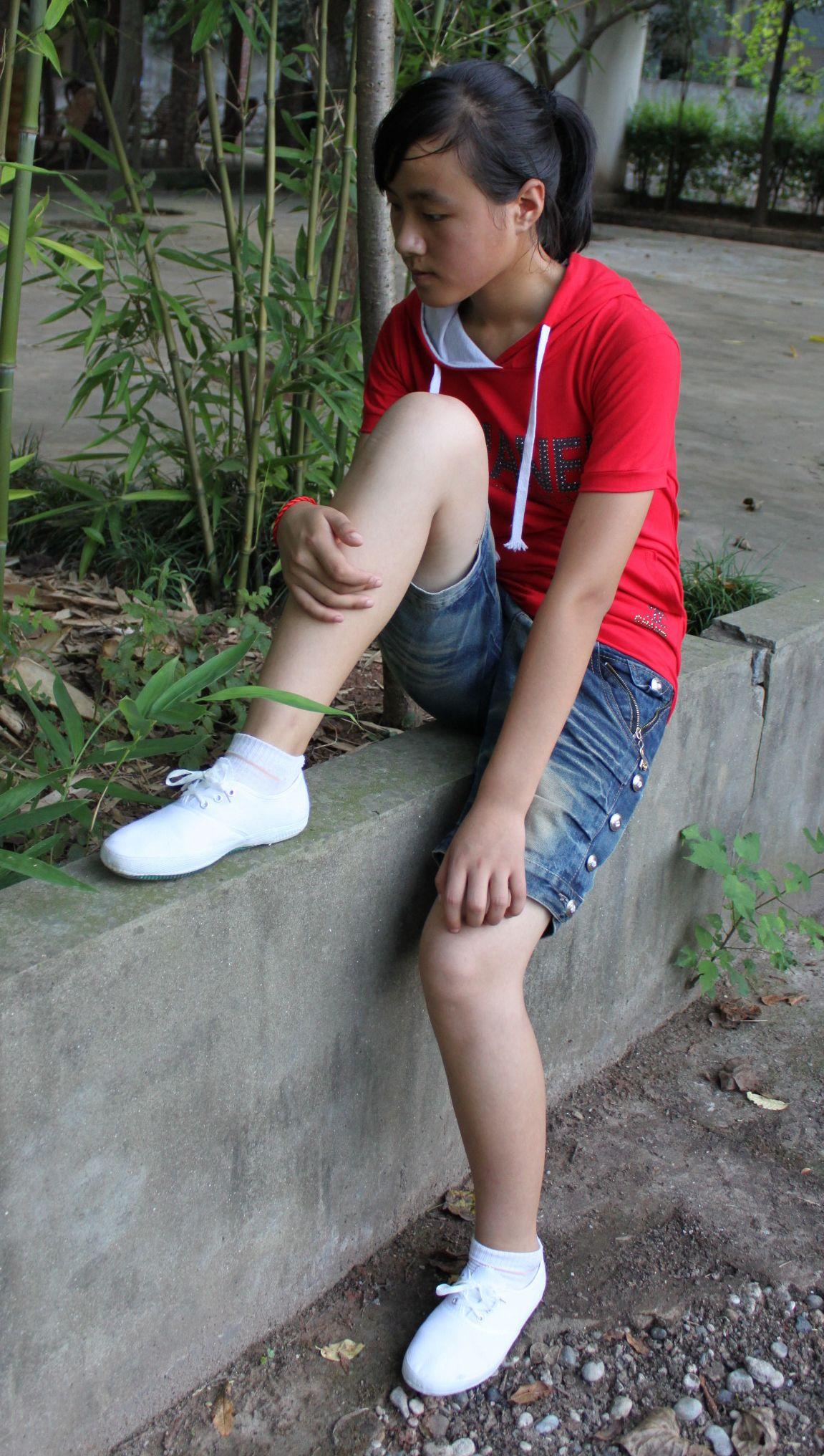 白运动鞋美女; 初中的时候打架被一个女生;