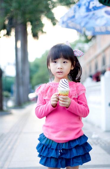 找一个女生拿冰淇淋笑着的头像图片