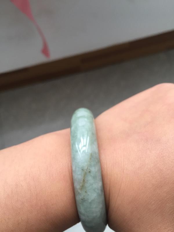 手镯里有裂痕蛮长一条的手指甲摸的出这样容易断吗,这个是玉的吗图片