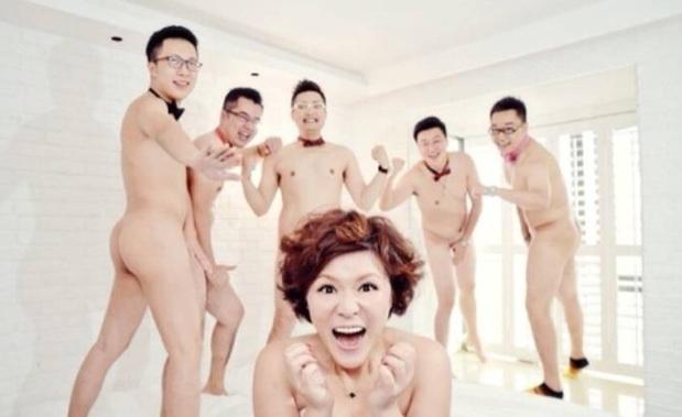 五个裸男跟一个女孩