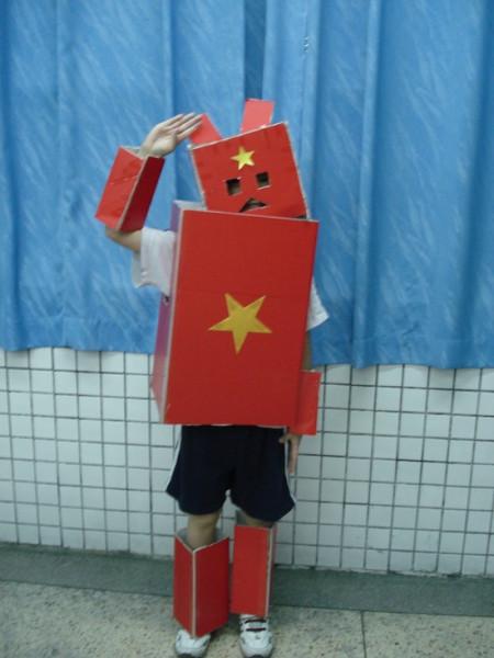 男孩幼儿园要孩子们用废弃的东西做衣服,六一节要参加图片