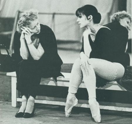 苏联芭蕾大师乌兰诺娃的弟子,休息时候脚背也是这样的.
