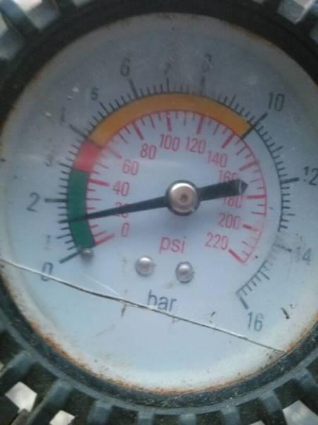 气压表坏了,按这个表指示的轿车轮胎打气应该打到图片