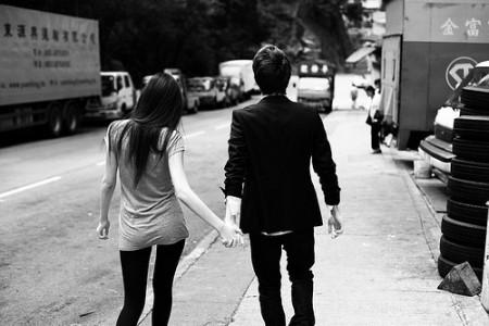求图. 情侣手牵手在走 背影 好像是穿的黑色的衣衣图片
