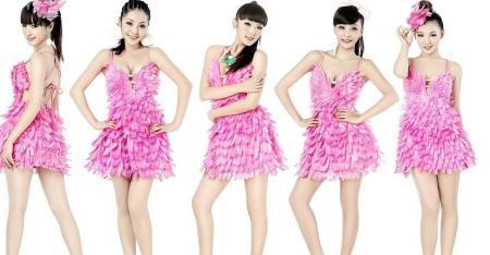 这五个穿粉色裙子的女孩叫什么名字?