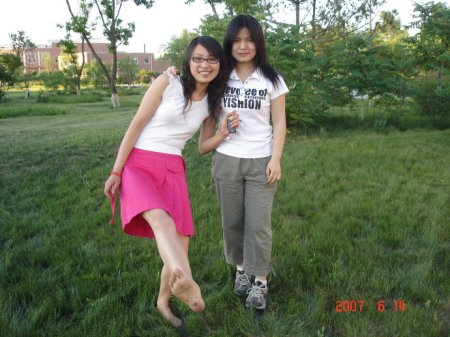 求一张女孩赤脚坐在草地上的图片