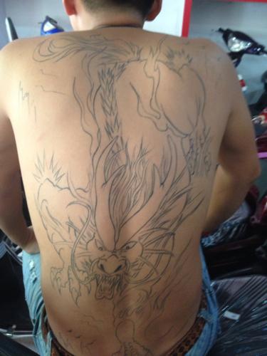 像这么大面积的纹身 能不能去当兵?后背图片