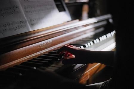 弹钢琴的唯美图片 要女生的