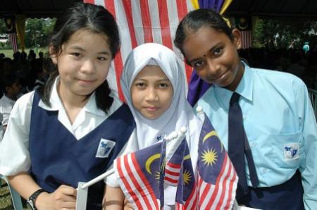 中间那位!左是华人,右印度女孩.图片