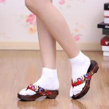求图片:日本女人穿白袜子加穿木屐只露脚的照片