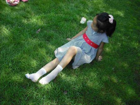 女孩穿白色短丝袜 洁净文雅大方