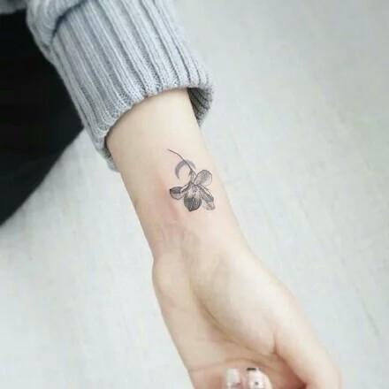 求一些手背 或手指上的纹身 要小清新的 最好不要超过图片