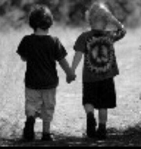 两个小男孩手牵手背影图片
