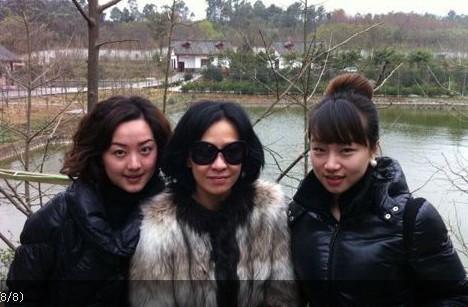 右边的女生是谁啊,有人知道么图片