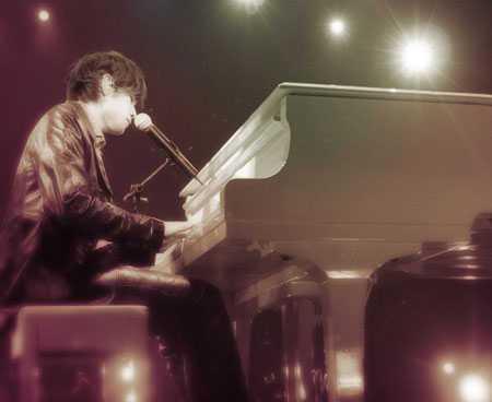 周杰伦2004无与伦比演唱会上 弹钢琴 的壁纸 要图片