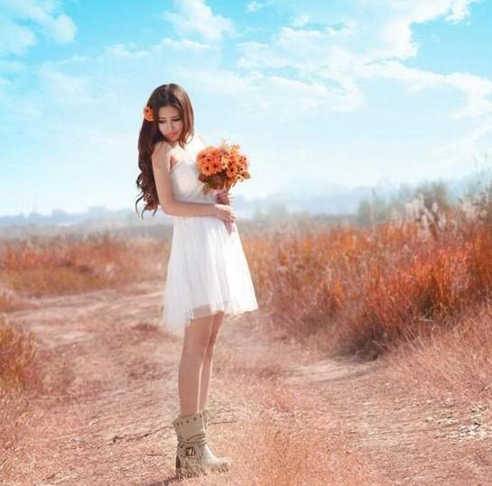 裙侧脸仰望着特别美的蓝天