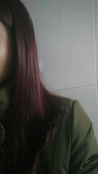 我头发一半黄一半黑想去把黄色部分染黑,那染过的跟原