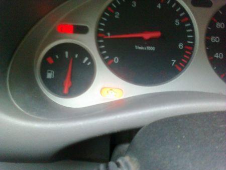 别克汽车仪表盘图标黄色亮高清图片